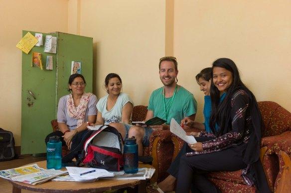 Sunita längst till vänster, tillsammans med Martin och ett par lärare.