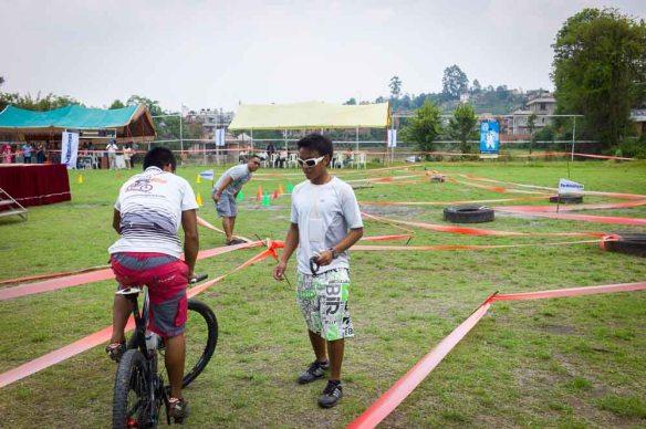 KTM Bike Festival! Domaren för formula-banan är Sakar, top 3 downhillare i Nepal. Om det nu mot förmodan skulle vara någon som läser bloggen som cyklar så kommer här lite kuriosa: Sakar kör på en Giant Glory av första modell, blir väl årsmod 2007 på den tror jag. Och han är snabbast i sitt land. Sätter lite perspektiv på saker!