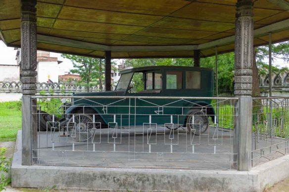 Och den här, fast det är oklart om det här ens var en del av museet då man fick vada genom midjehögt gräs för att ta sig hit. Kuriosa: KAN vara Nepals första bil. Bars till sin plats av Sherpor. hmm...