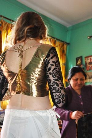 Yamunas mamma hjälper till med Sarin.