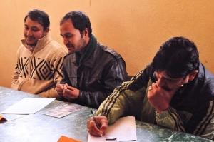 Tirupati, Ashok och Sunil i juryn lyssnar noga och antecknar